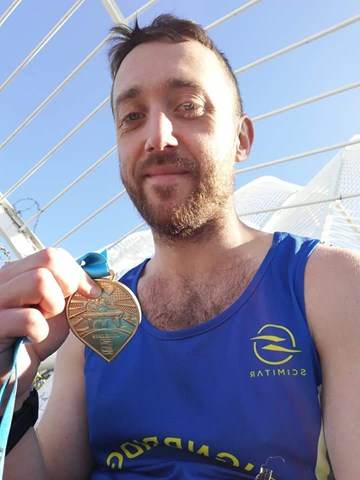 joe hornsby proudly displays his valencia marathon and new pb.jpg